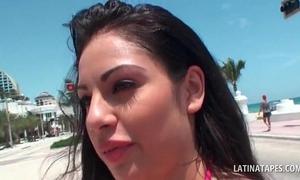 Sex bomb lalin girl shows sexy assets in hawt swim dress