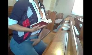 Safada se masturbando na igreja